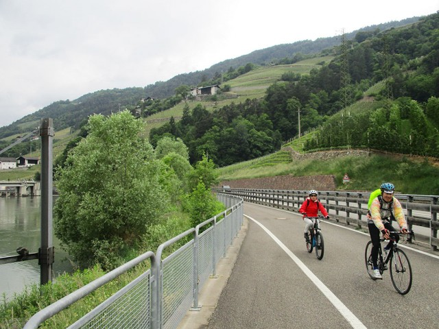 アディジェ川沿いの絶景サイクリングロードを快走する