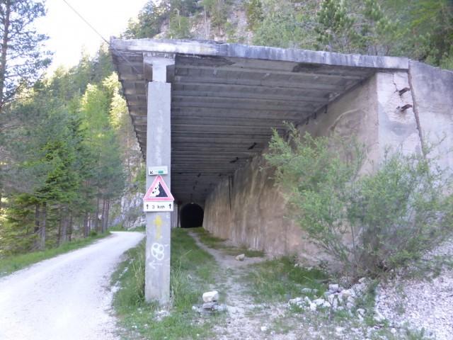 かつての列車のトンネル