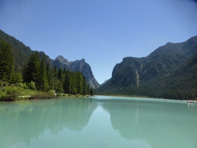 エメラルドグリーンの湖と、青空と、湖面に映る逆さのお山はまるで絵に描いたような景色です。