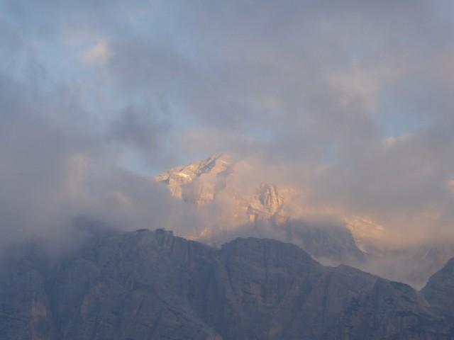 雲間から覗く朝焼けも素敵