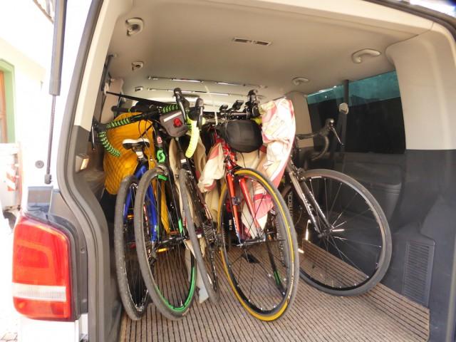 サポートカーに自転車を積み込んで、
