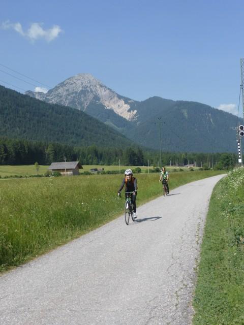 ほのかに下っていく自転車専用道は快適で〜す
