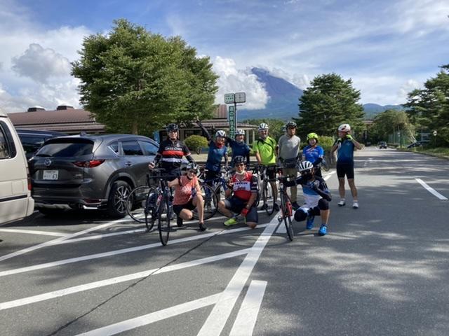 鳴沢道の駅から富士山をバックに。
